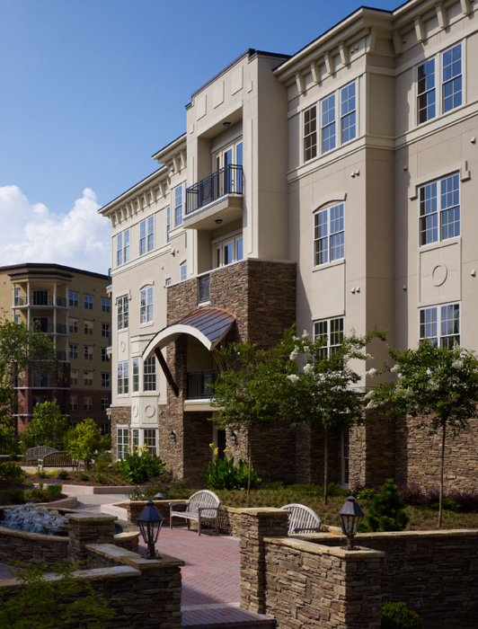 Atlanta luxury condos with manicured lawns and relaxing courtyards